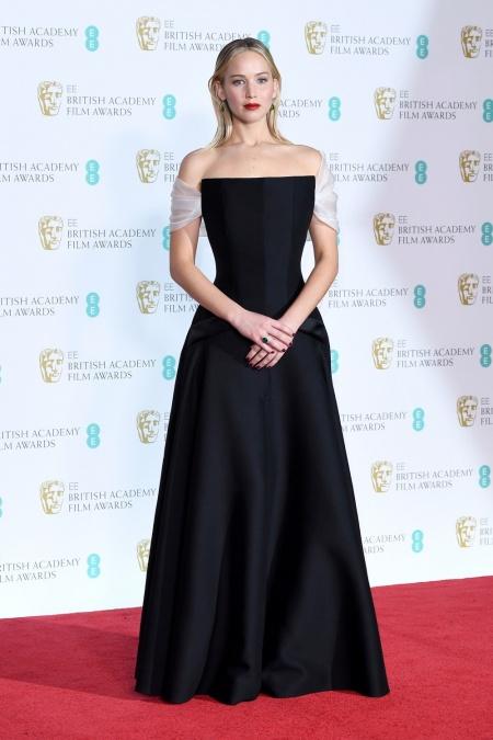 87582453a6ecf صور أجمل فساتين النجمات في حفل توزيع جوائز بافتا BAFTA 2018 - Savoir ...