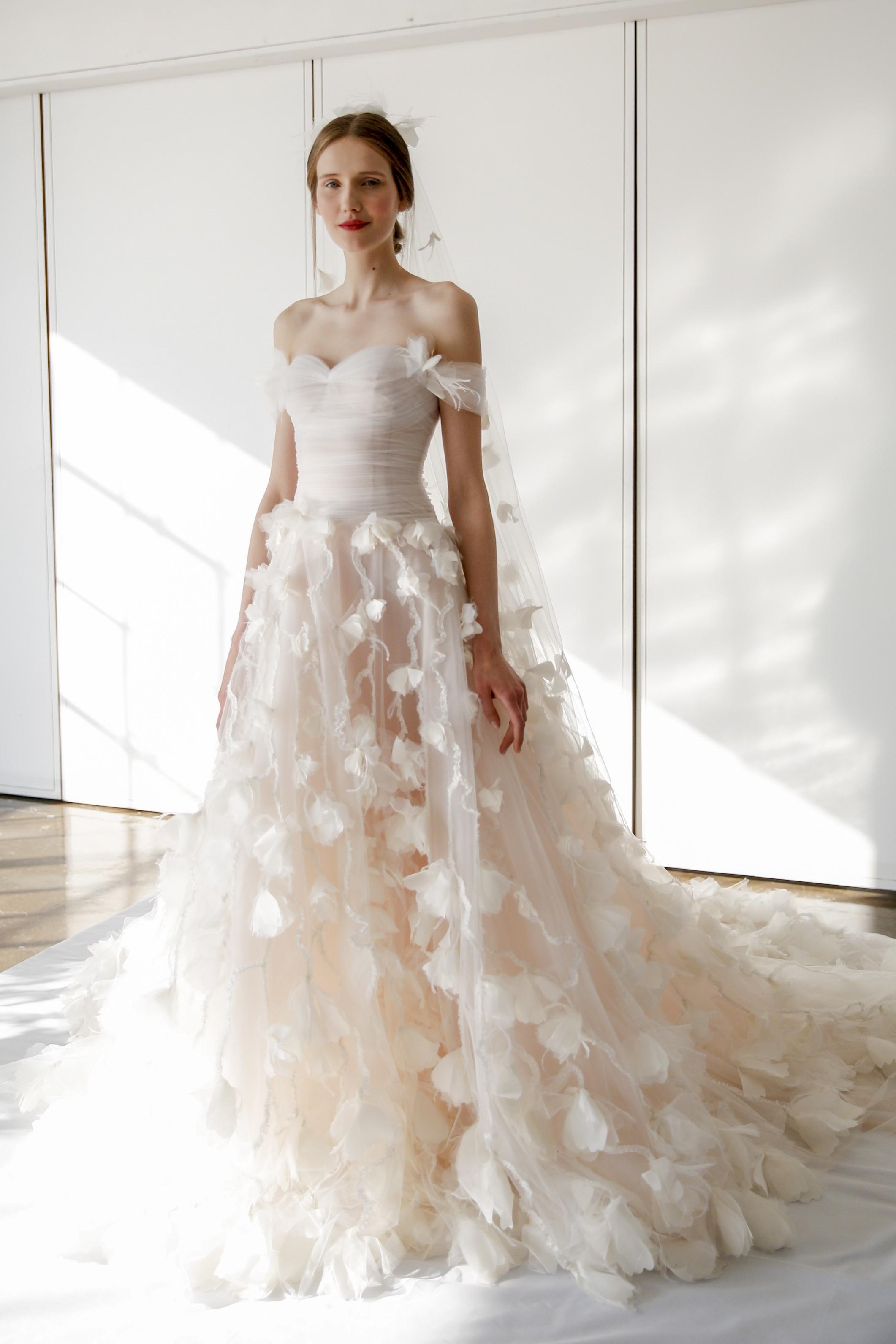 162c067f9 صور قصات قبات فساتين الأعراس العصرية لهذا الموسم من منصات عروض الأزياء -  Savoir Flair Al Arabiya