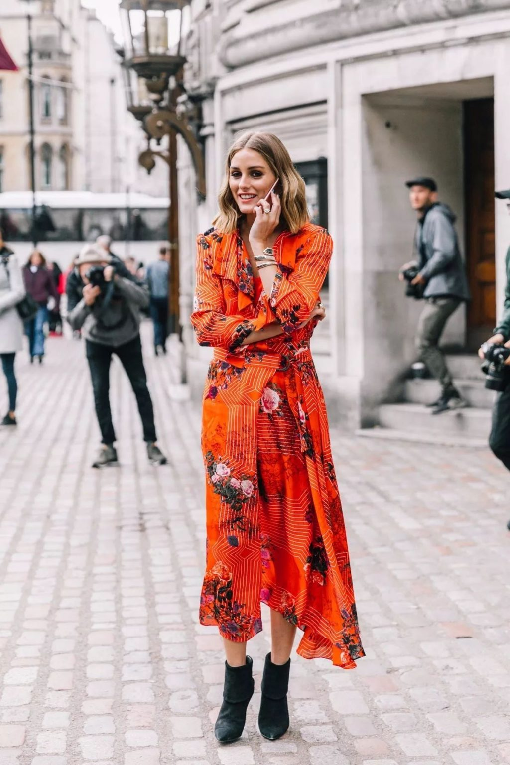 Olivia Palermo taalking on phone